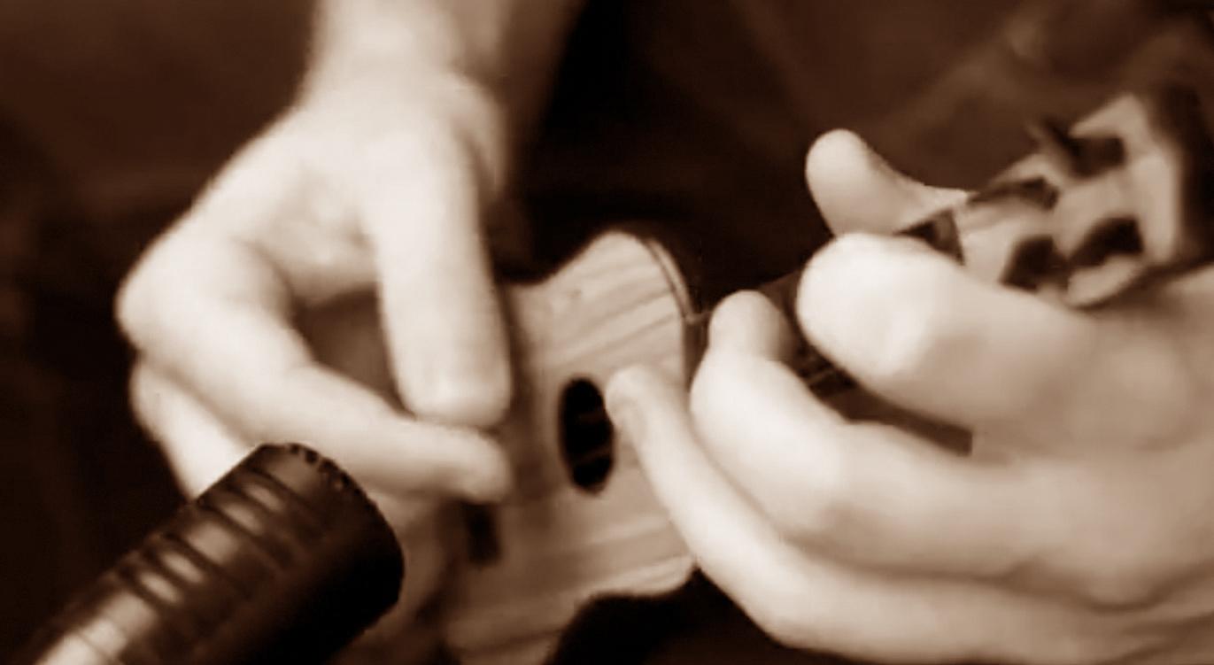 吉他视频_恶搞_@_拨片网_Rob_Scallon弹价值1美元小吉他.jpg